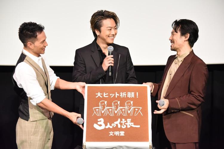 TAKAHIROからの質問に「食べてない……あれ? 食べましたねー」と回答する岡田義徳(右)。