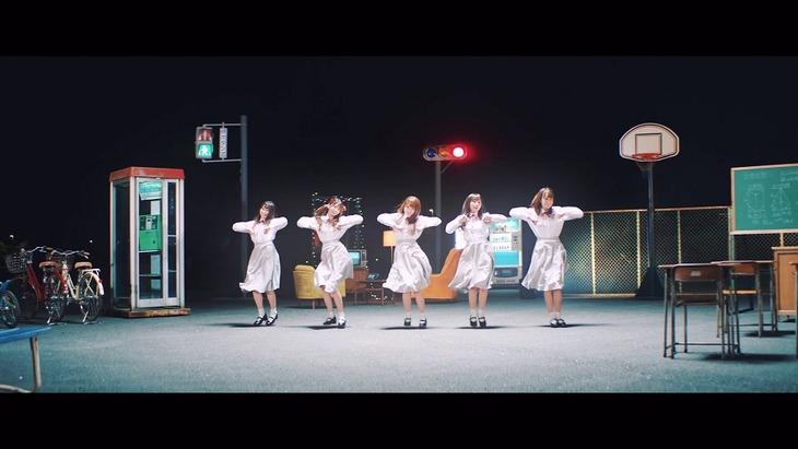 日向坂46「ママのドレス」ミュージックビデオのワンシーン。