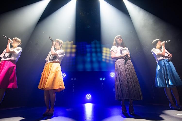 「無言のファルセット」を歌う中島愛とNegicco。