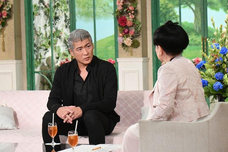 左から吉川晃司、黒柳徹子。(c)テレビ朝日