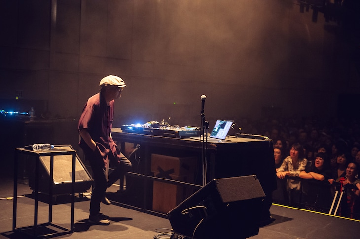 「細野さんで踊ろう! Presented by 音楽ナタリー」より、DJ中の細野晴臣。(Photo by Miki Azuma)