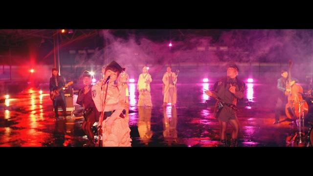 椎名林檎「公然の秘密」ミュージックビデオのワンシーン。