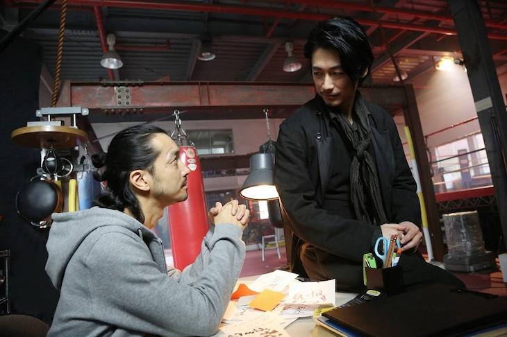 左から金子ノブアキ、ディーン・フジオカ。(c)フジテレビ