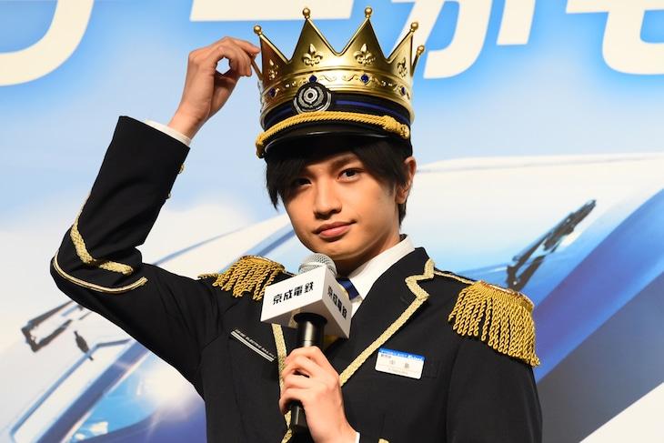 王冠型の制帽を気にする中島健人。