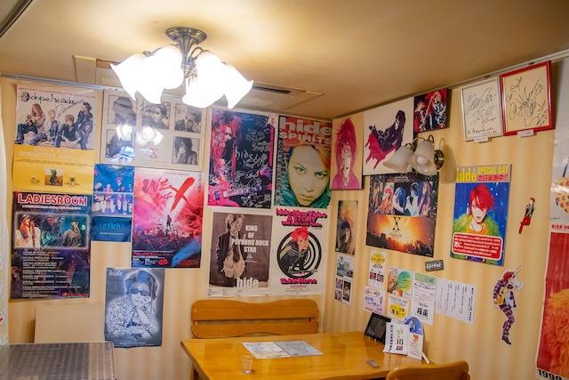 1階のカフェスペース。主に真由子さんが集めたポスターがずらりと並ぶ。