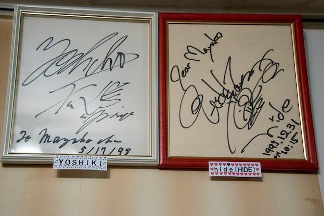 YOSHIKIとhideのサインは並べて飾られている。