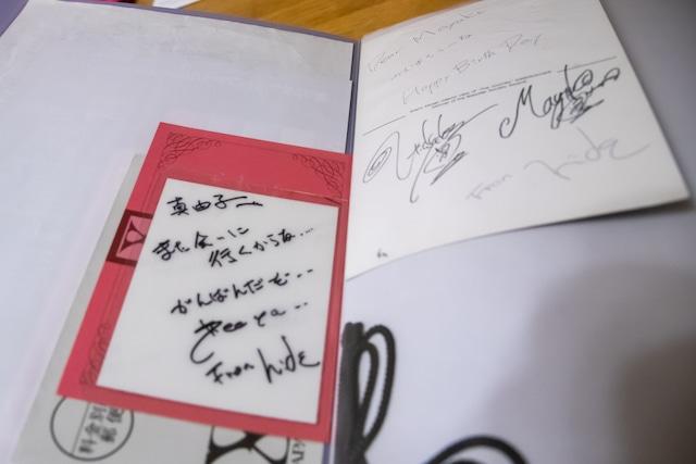 hideから真由子さんへのメッセージが書かれたゲストパスとバースデーカード。