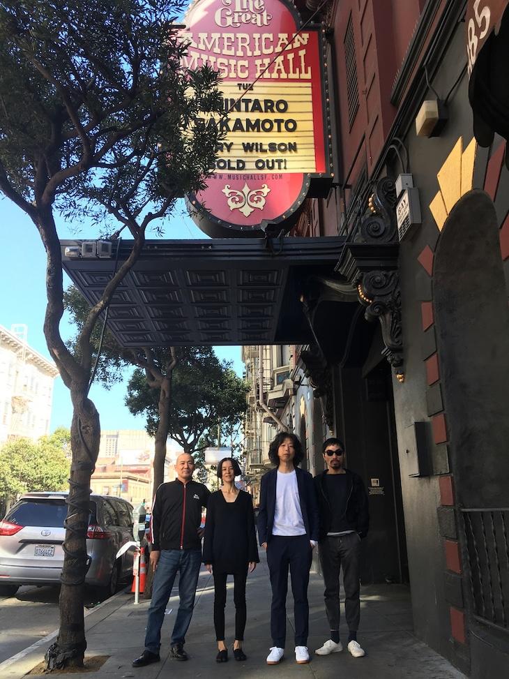 サンフランシスコのGreat American Music Hallのエントランス。左から西内徹、AYA、坂本慎太郎、菅沼雄太。