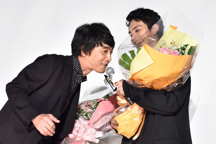 北村匠海(右)のマイクで「誕生日おめでとう」と祝う山崎まさよし(左)。