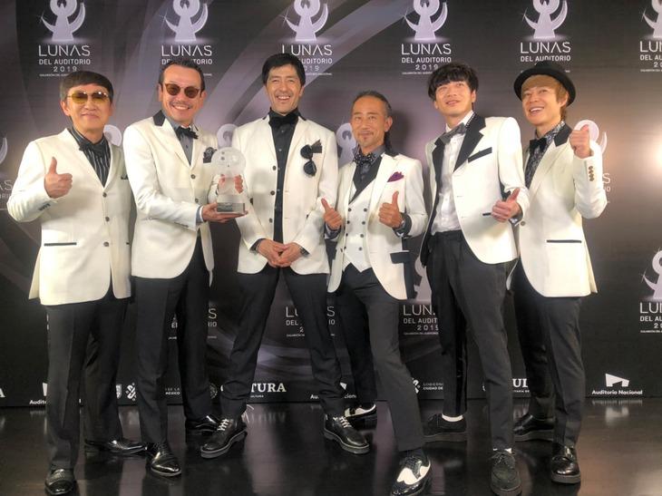 トロフィーを手に笑顔の東京スカパラダイスオーケストラ。(写真提供:Sony Music Artist Inc.)