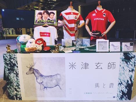"""米津玄師「馬と鹿」""""旅するデカジャケ""""が登場した神奈川・MARK IS みなとみらいのグランドガレリアの様子。"""