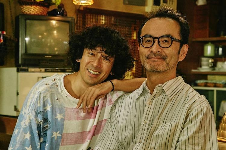 滝藤賢一演じる弟・二路(左)と、古舘寛治演じる兄・一路(右)。 (c)「コタキ兄弟と四苦八苦」製作委員会