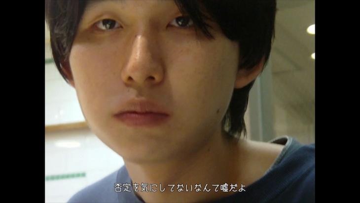 Mega Shinnosuke「明日もこの世は回るから」MVのワンシーン。