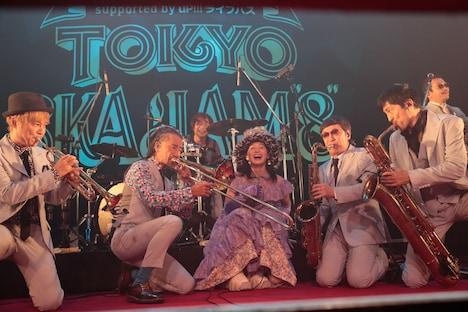 コムアイ(中央)と東京スカパラダイスオーケストラ。(撮影:柴田恵理)