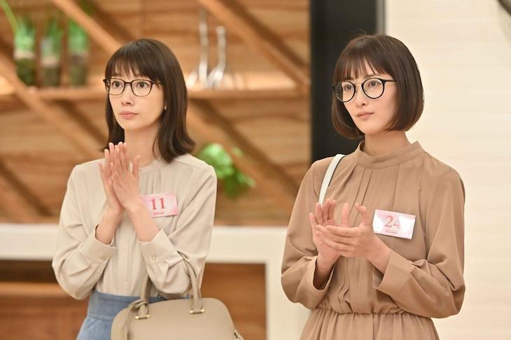 「G線上のあなたと私」第5話より。左から波瑠、長屋晴子(緑黄色社会)。 (c)TBS