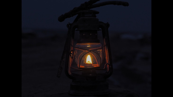 YUSUKE CHIBA-SNAKE ON THE BEACH-「予兆」ミュージックビデオのワンシーン。