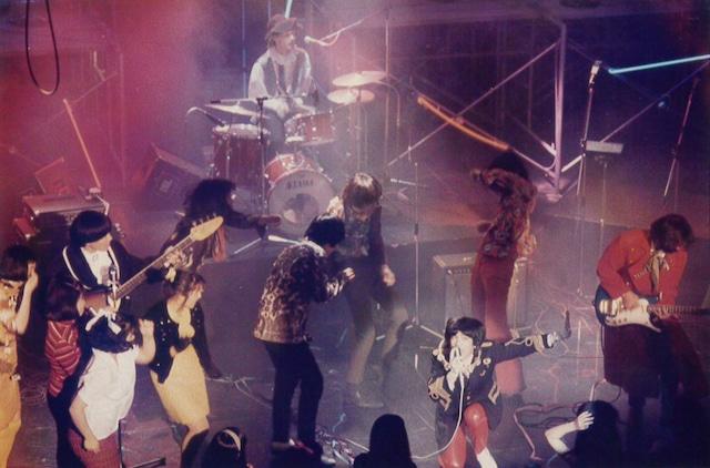 1987年5月、テレビ番組「11PM」出演時の様子。「僕らの周りで踊ってるのは当日観覧していたお客さんです(笑)」(サリー久保田)。(写真提供:サリー久保田)