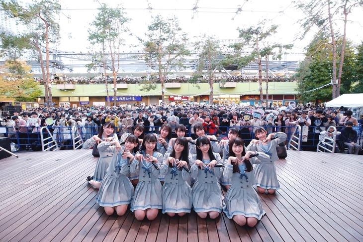東京・東京ドームシティ ラクーアガーデンステージで記念撮影する≠ME。