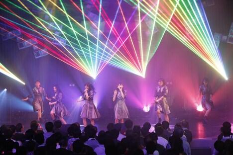 """「桜エビ~ず 1stコンサート""""ALL OUT""""」の様子。(写真提供:スターダストプロモーション)"""