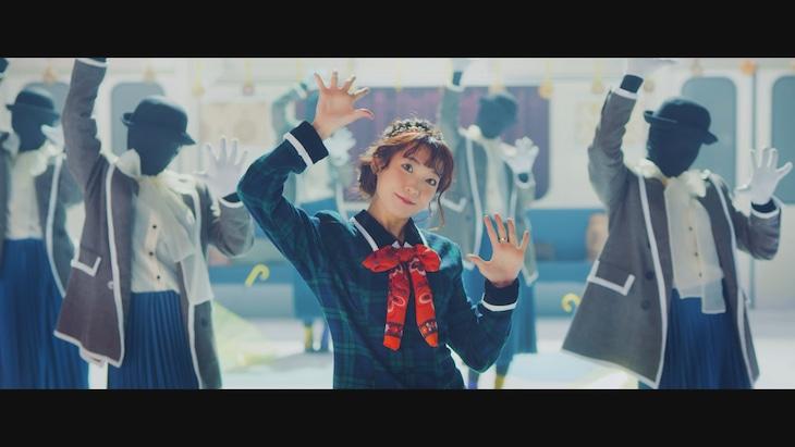 斉藤朱夏「パパパ」ミュージックビデオのワンシーン。