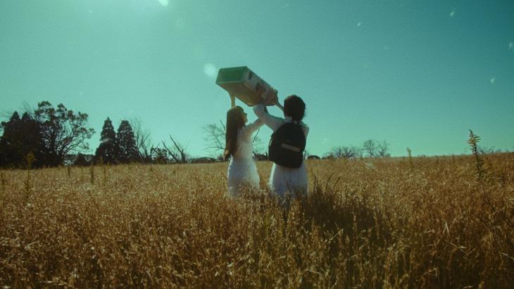 SALU「FALLIN'」ミュージックビデオのワンシーン。