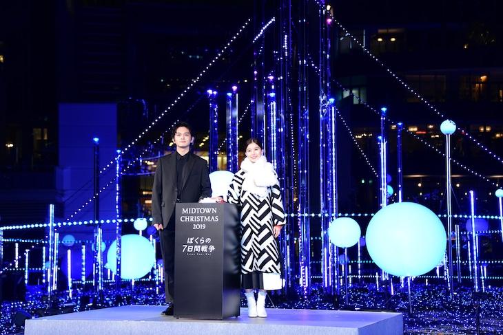 「スターライトガーデン 2019」点灯式の様子。左から北村匠海、芳根京子。