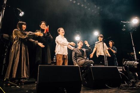 折坂悠太「折坂悠太のツーと言えばカー2019」最終公演のエンディング。(撮影:タイコウクニヨシ)