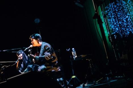 「百合の巣」を歌唱する折坂悠太と青葉市子。(撮影:タイコウクニヨシ)