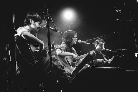 のろしレコード(左から夜久一、松井文、折坂悠太)(撮影:タイコウクニヨシ)