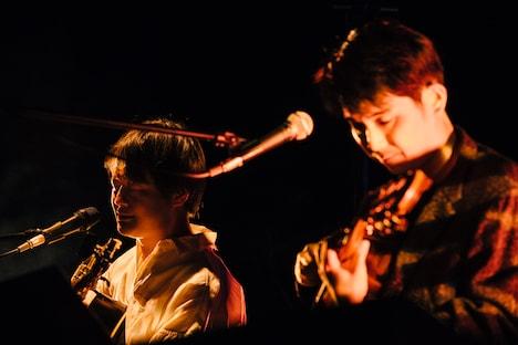「トーチ」を披露する折坂悠太とbutaji。(撮影:タイコウクニヨシ)