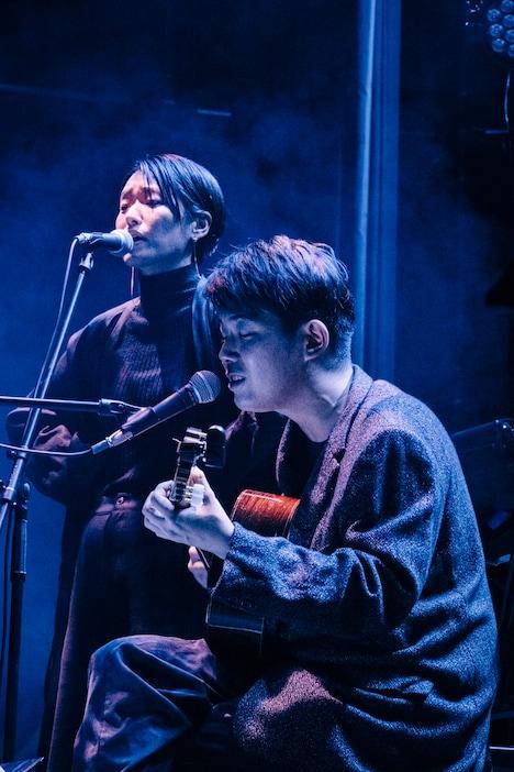 「調律」を歌う折坂悠太とイ・ラン。(撮影:タイコウクニヨシ)