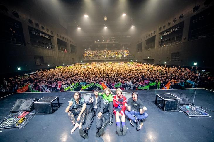 「COUPLING TOUR BKW!! STRIKES BACK 2019」Zepp Nagoya公演終演後のTHE ORAL CIGARETTESとHYDE。(Photo by Viola Kam[V'z Twinkle Photography])