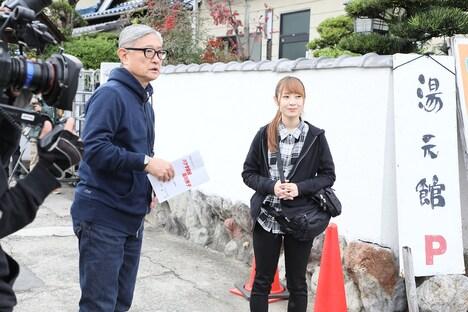 左から堤幸彦監督、高柳明音(SKE48)。