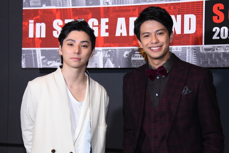 「TBS Twinkle Sacas 赤坂冬祭イルミネーション点灯式」より、左から村上虹郎、森崎ウィン。