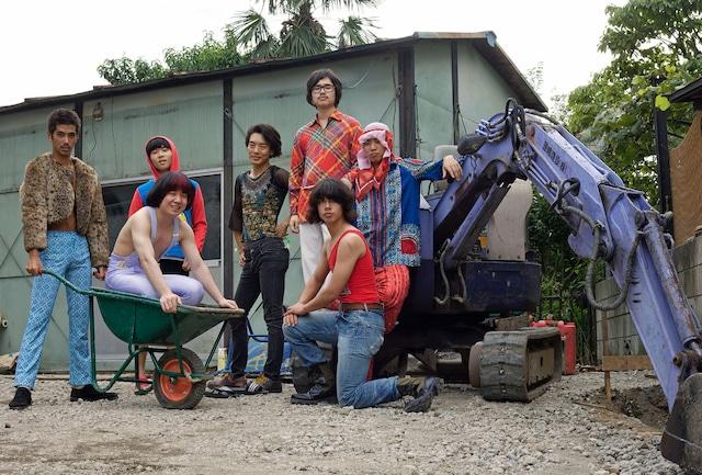 後列左からドカットカット(YUSHI)、スコポン(オカモトレイジ)、セイマン(ラキタ)、ヒゲメガネ(ハマ・オカモト)、リョフ(Ryohu)、前列左からひでちゃん、皿・粉(オカモトショウ)。