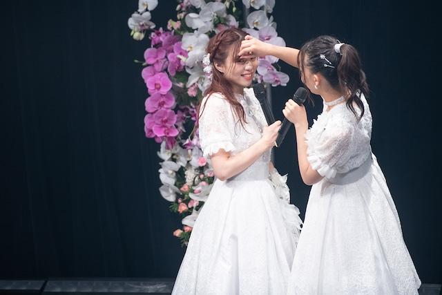 青木千春(左)の前髪を直す浦谷はるな(右)。