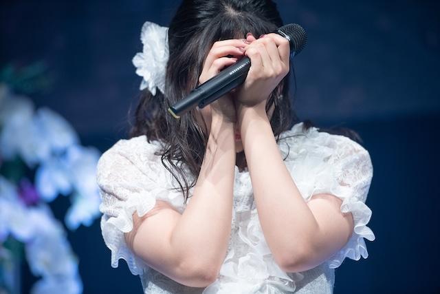 涙をこらえきれなくなった浦谷はるな。