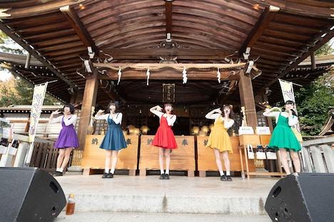 東京・布多天神社の拝殿前のステージでライブを披露するまねきケチャ。(写真提供:日本コロムビア)