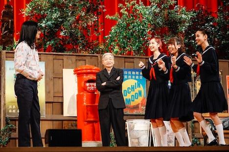 女子高生たちの前に現れたウソノ晴臣(左 / ハマ・オカモト)と、それを見つめる本物の細野晴臣。(撮影:関口佳代)