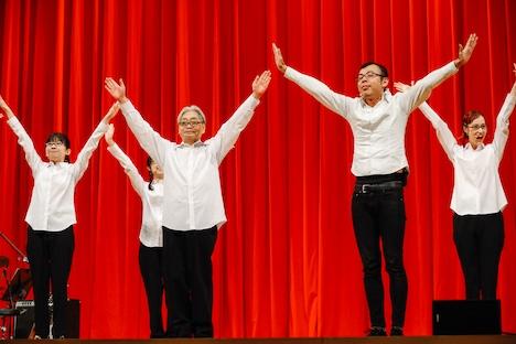 ジョイマン高木晋哉(手前右)と踊る細野晴臣(手前左)。(撮影:関口佳代)