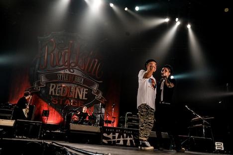 左から「REDLINE」主催者の鈴木健太郎氏、MAH(Vo / SiM)。