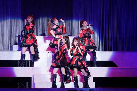 「抱いてHOLD ON ME!」を披露する譜久村聖(上段左)、生田衣梨奈(上段中央)、小田さくら(上段左)、佐藤優樹(下段左)、石田亜佑美(下段右)。