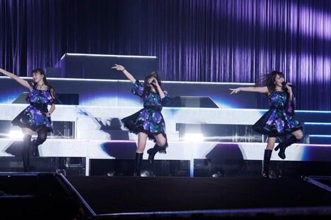 「私の時代!」を歌唱する牧野真莉愛(左)、羽賀朱音(中央)、野中美希(右)。