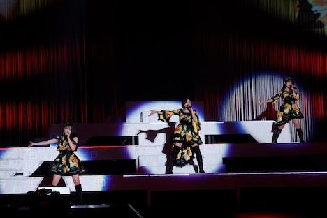 「Rockの定義」をパフォーマンスする森戸知沙希(左)、加賀楓(中央)、横山玲奈(右)。
