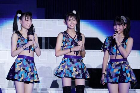 左から山崎愛生、岡村ほまれ、北川莉央。