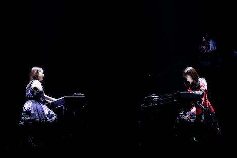 ピアノの重奏を披露する野中美希(左)と佐藤優樹(右)。