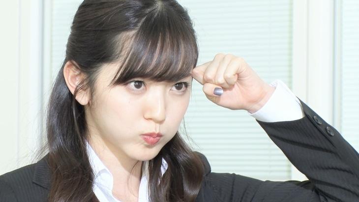 企業の面接コントで学生に扮する鈴木愛理。