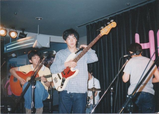 bridge在籍時のカジヒデキ。94年7月、HMV渋谷店でのインストアライブにて。