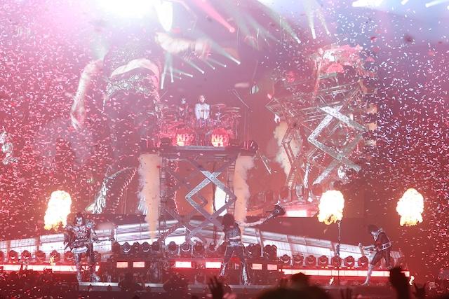 Kiss「END OF THE ROAD WORLD TOUR」東京ドーム公演よりYOSHIKI出演時の様子。