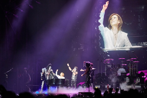 Kiss「END OF THE ROAD WORLD TOUR」東京ドーム公演よりYOSHIKI出演時の様子。